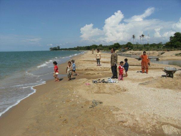 Di pantai bersama keluarga