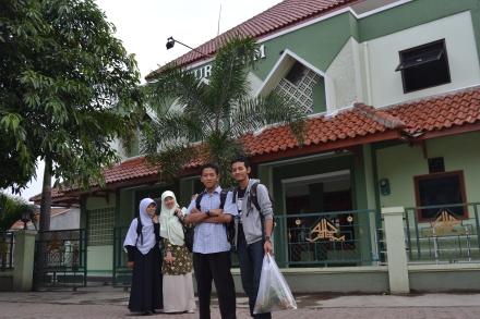 Erna Annis Bambang and Joe depan Masjid