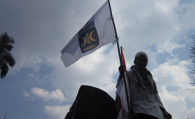 Panji PKS berkibar depan Gedung Sate