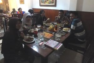 Team 5 makan malam bersama