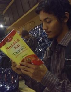 "03 Joe read ""Sudahkah Kita Tarbiyah?"" at IBF Jakarta 2013"