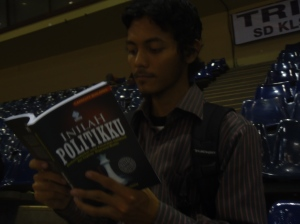 "08 Joe read ""Inilah Politikku"" at IBF Jkt 2013"