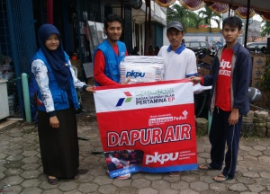 03-foto-menyerahkan-bantuan-selimut-dr-pkpu-kepada-warga-balekambang_20-jan-2013