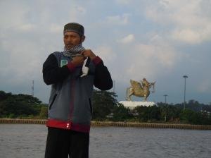01-joe-di-sungai-mahakam-tenggarong-latar-patung