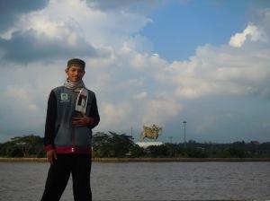 02-joe-di-sungai-mahakam-tenggarong-latar-patung