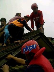 18 Jan 2013_Evakuasi Nenek Dramatis Jatiasih Bekasi