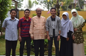 Foto bersama Dr. Mardjuki saat wawancara di rumah beliau
