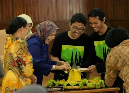 Sesi potong tumpeng oleh Ibunda Meiti yang menandai dibukanya Lanching The Book of Dreams 2013
