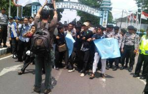 Aksi turun ke jalan untuk menolak kedatangan Presiden Susilo Bambang Yudhoyono di Bandung
