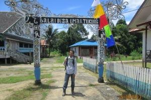 Di depan Lamin Desa Umaq Tukung Kecamatan Tabang, Kaltim