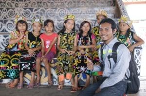 Bersama dengan anak-anak dari Suku Dayak Kenyah di Ritan Baru Kecamatan Tabang, Kaltim