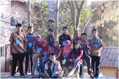 Foto 3: Indonesian delegation berfoto bersama dengan memakai batik