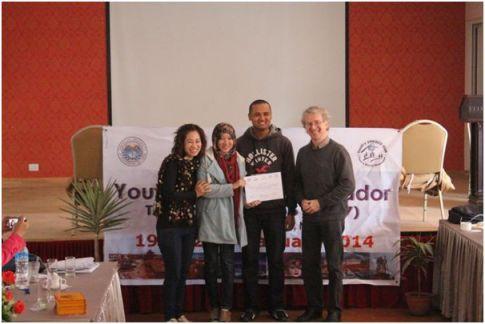 Foto 8: Pemberian sertifikat dari Direktur Eubios, General Manager dan Presiden Youth UNESCO's Club
