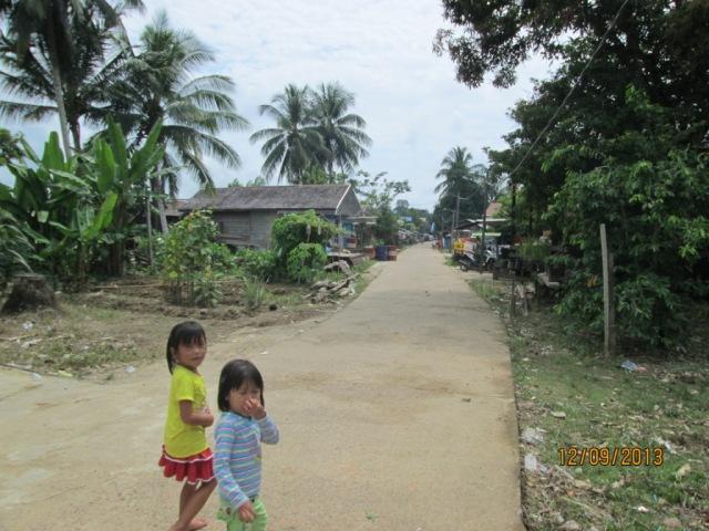 Anak-anak di sudut jalan Desa Long Beleh Haloq Kecamatan Kembang Janggut-Kukar, KALTIM