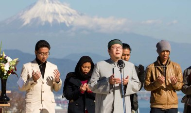 http://ramadhan.pojoksatu.id/wp-content/uploads/2015/06/Muslim-Jepang-Berdoa.jpgSumber Ilustrasi Gambar: