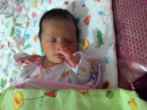 Tidur mimpi silat barangkali tangannya begitu :D